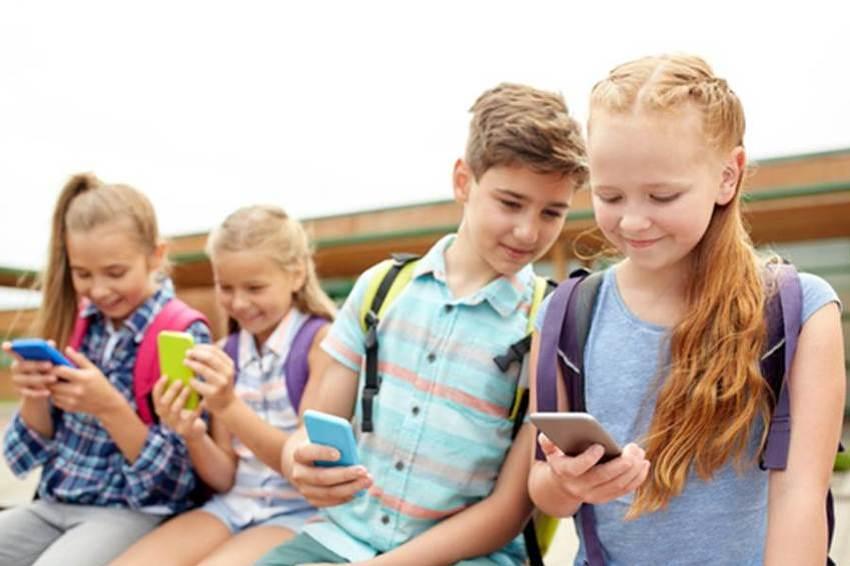 Djeca dnevno provode više od šest sati gledajući u TV i mobilne uređaje