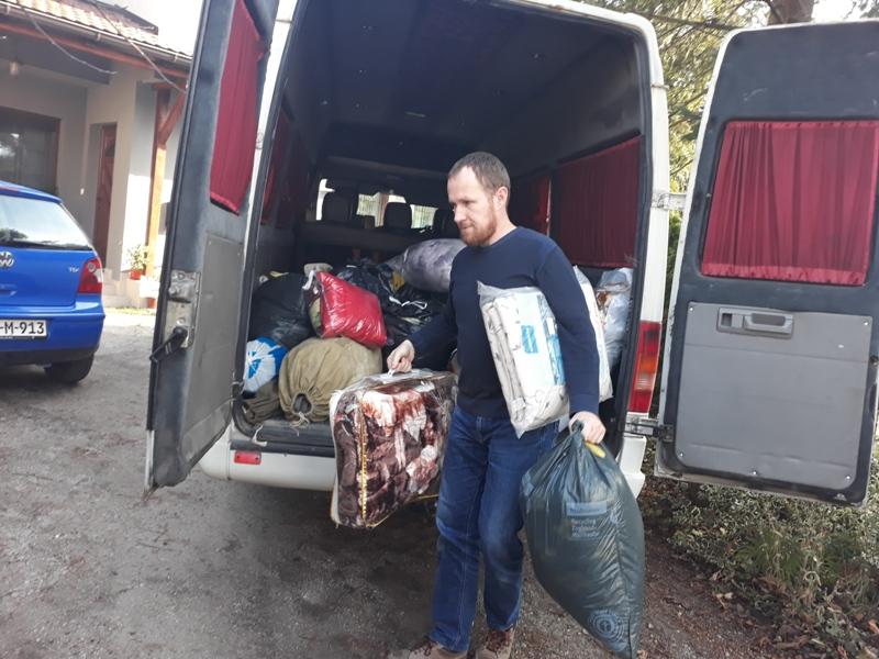 Dostavljena obuća, odjeća i deke za migrante u Bihaću