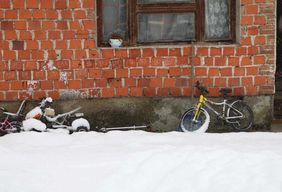 Jutro nakon stravičnog događaja u Bihaću: Tri dječija bicikla naslonjena na kuću, tišina i nevjerica