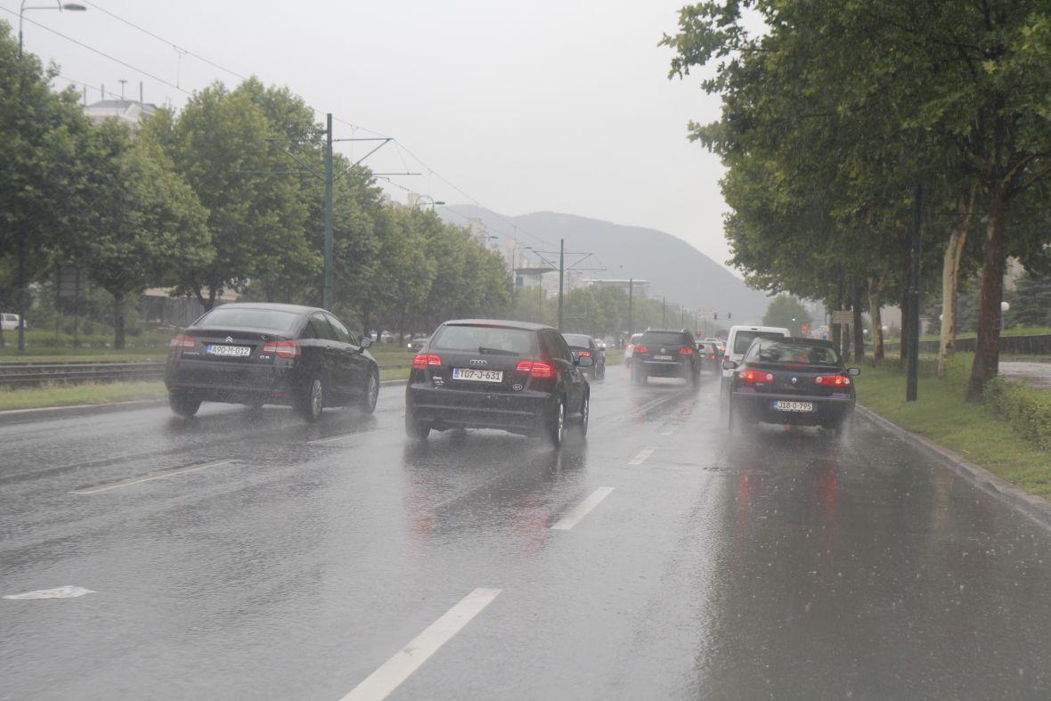 Vozači, pazite zbog mokrog kolovoza i udara vjetra!
