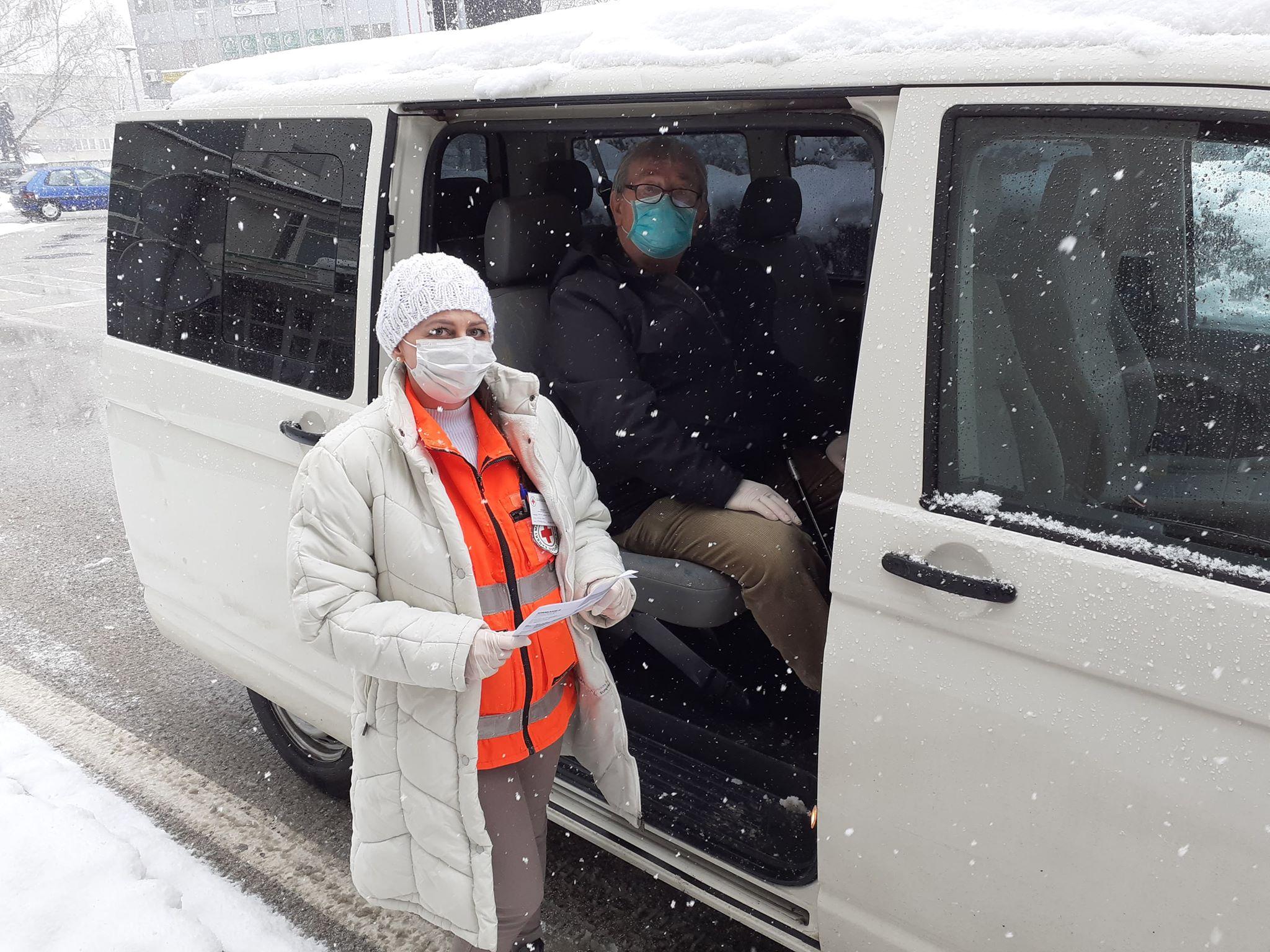 Volonteri Crvenog križa pomažu građanima