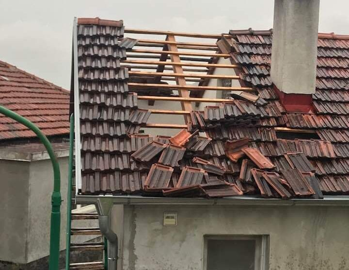 Nevrijeme u Sani: Vjetar čupao stabla, letjeli krovovi