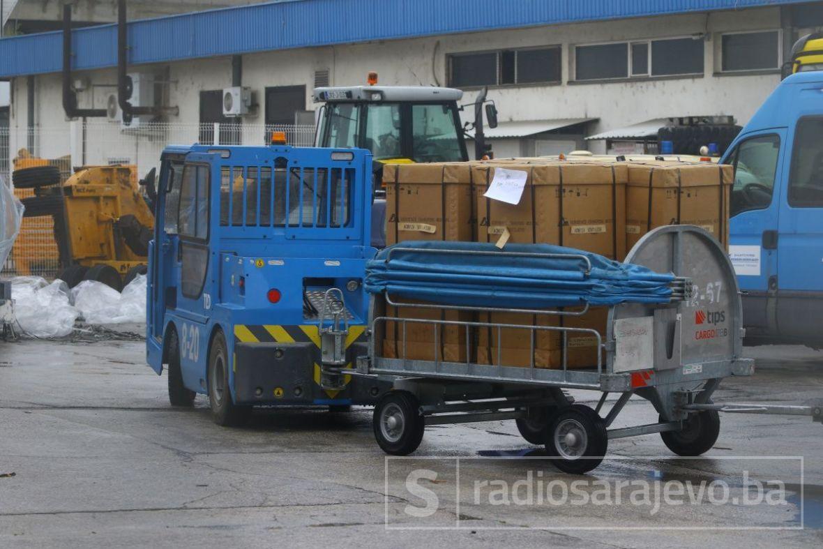 Pogledajte 20 respiratora koji su danas došli na Sarajevski aerodrom