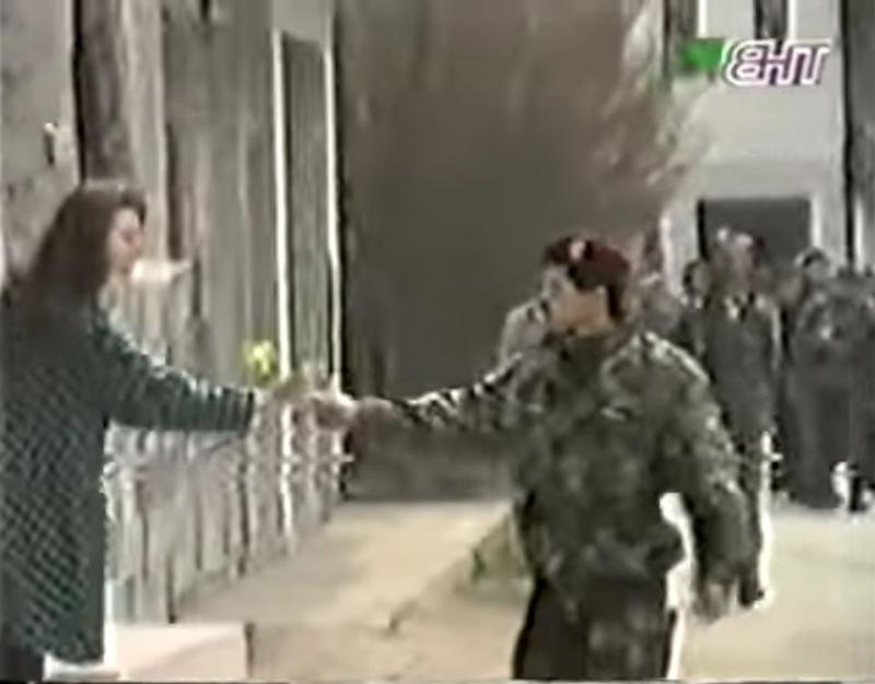 Tragom jednog ratnog snimka: Saznali smo ko je djevojka kojoj je general Izet Nanić poklonio cvijet