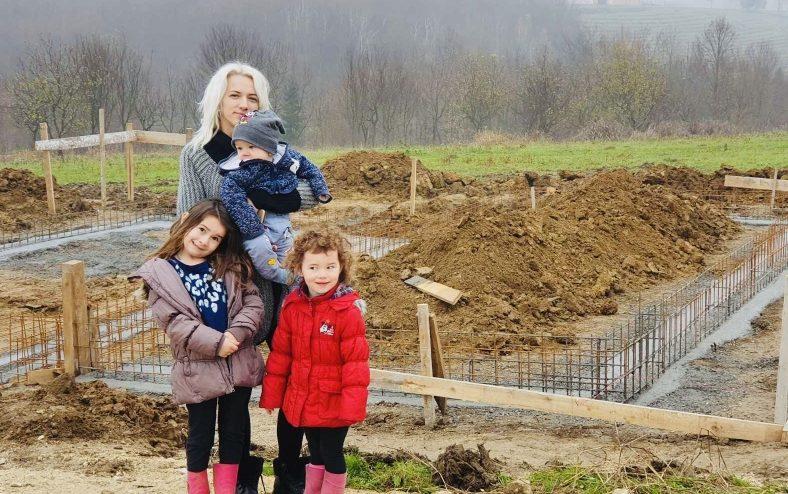 Kozarac: Samohranoj majci troje maloljetne djece gradi se kuća