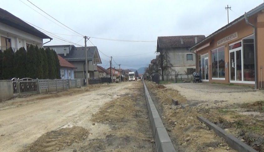 Postavljanje trotoara i ivičnjaka u Prvomajskoj ulici