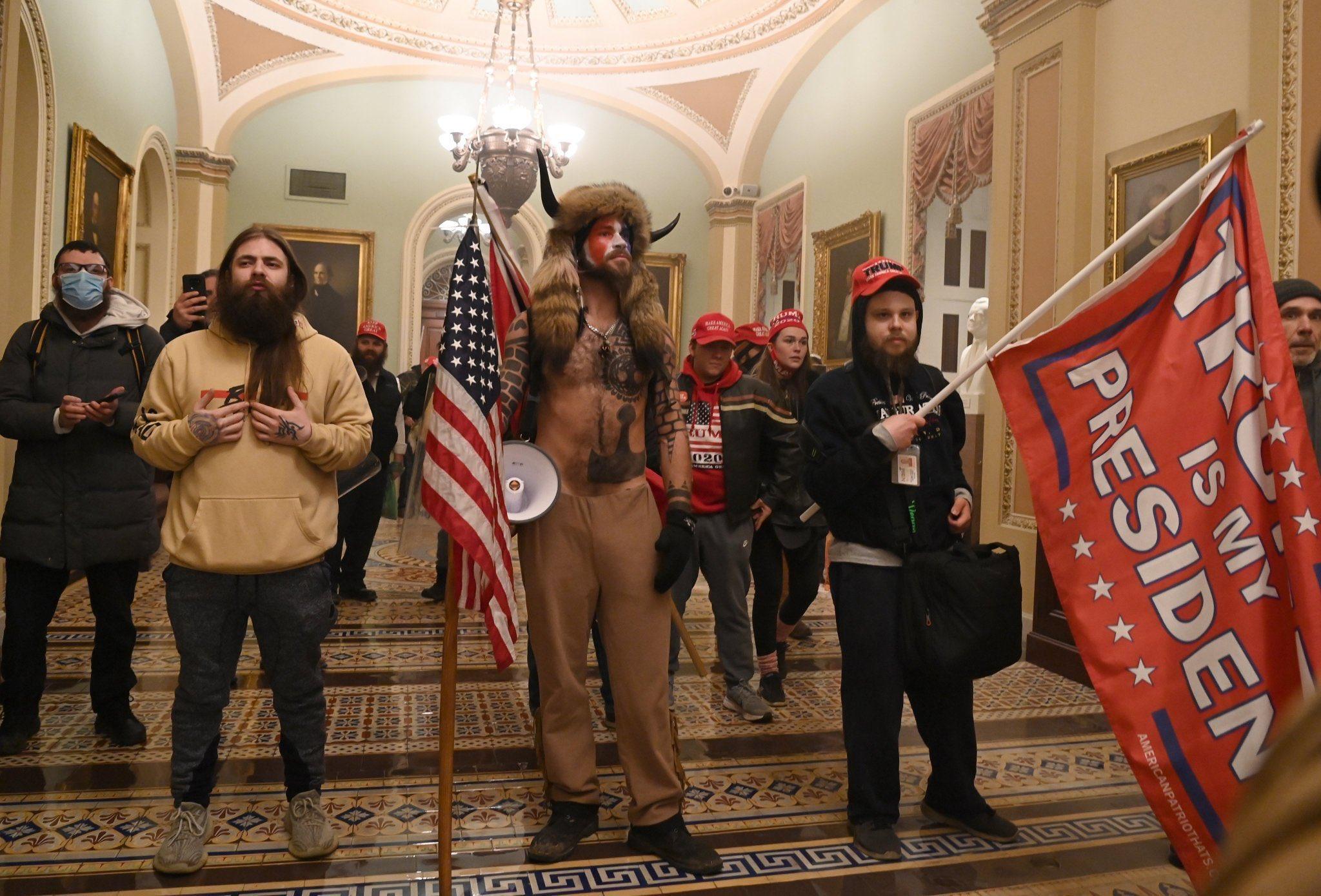 Šokantne fotografije iz srca američke demokratije: Neviđeni prizori nereda u Kongresu