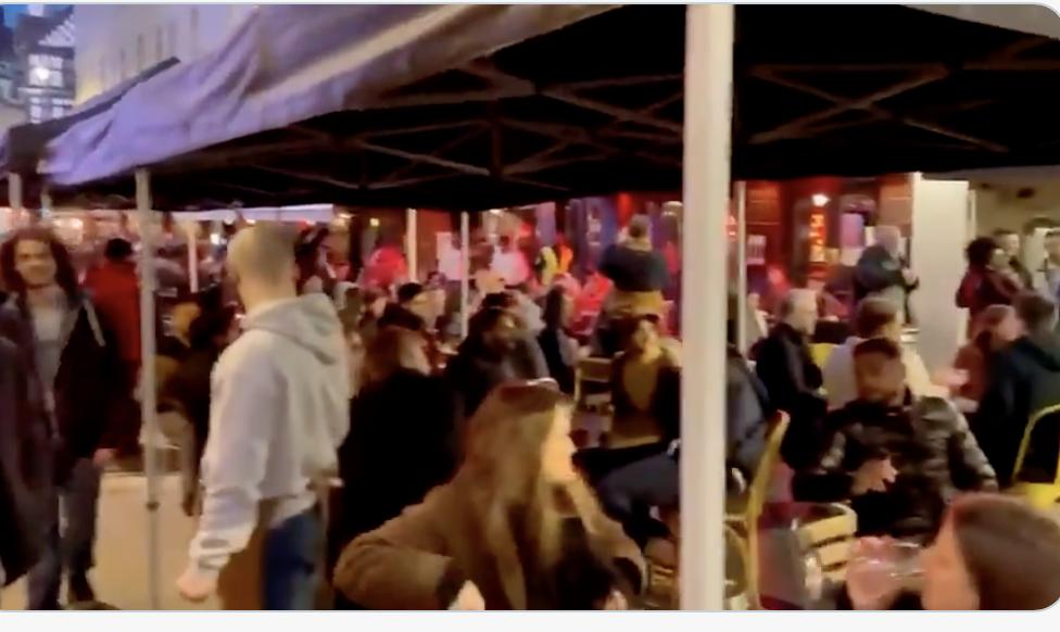 Život u Engleskoj se vraća u normalu: Građani sinoć pohrlili u kafiće i na ulice