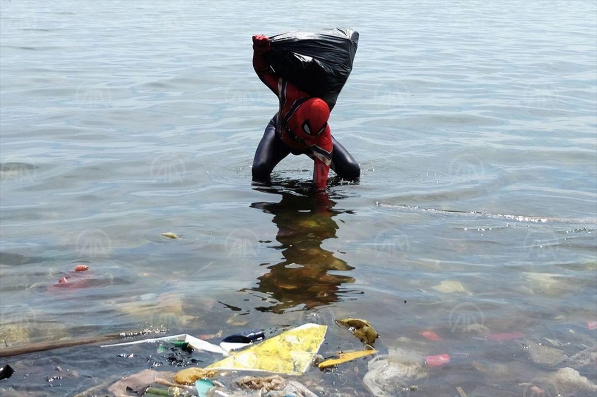 Sjajna poruka: Čovjek obučen u superheroja čisti obalu od smeća