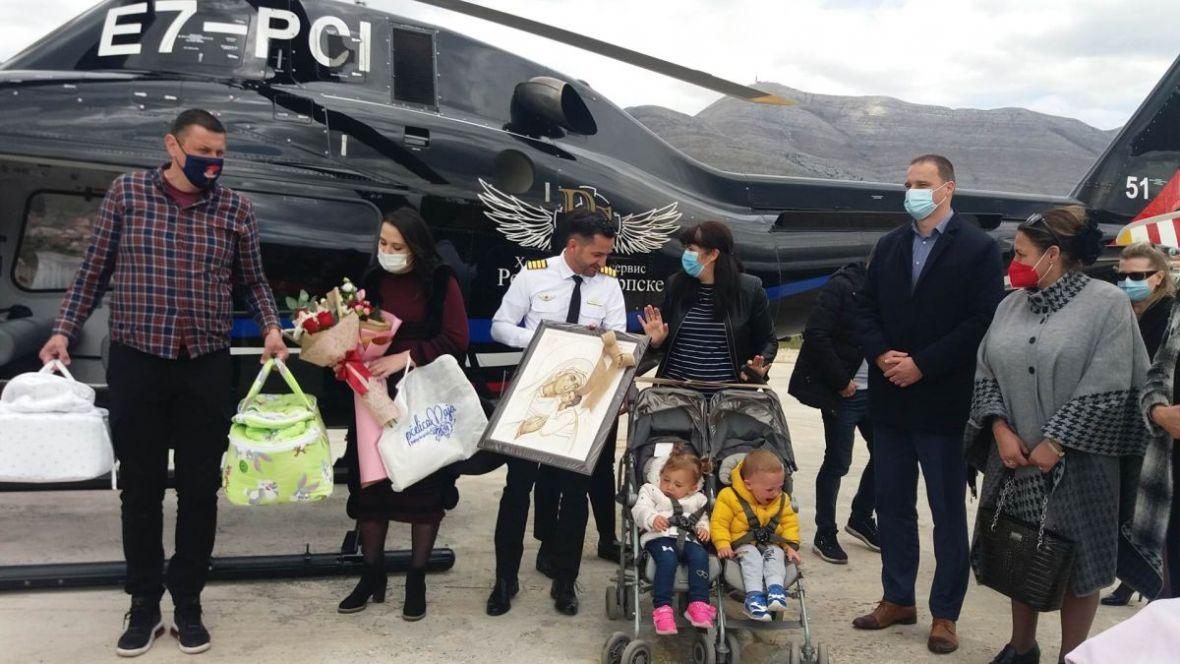 Kakva priča iz BiH: 42 dana nakon rođenja, blizanci stigli kući – helikopterom