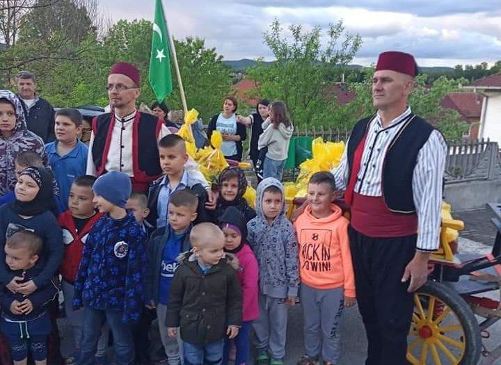 Fijakerom i paketićima donijeli radost bajrama u Demiševcima