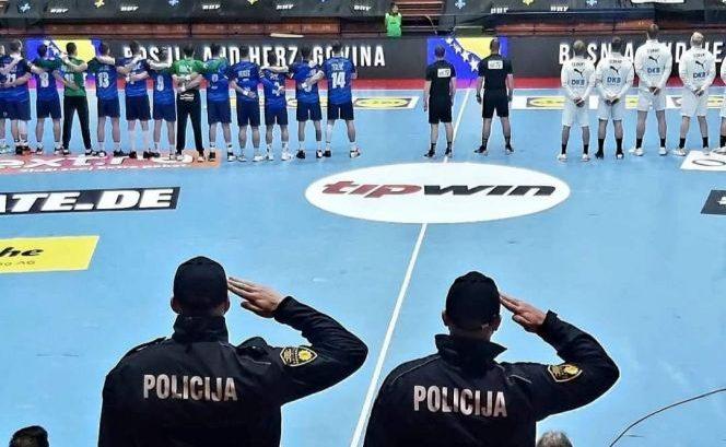 Kako su policajci Džejlan i Toni pozdravili zastavu i himnu BiH: Svi srcem uz Zmajeve