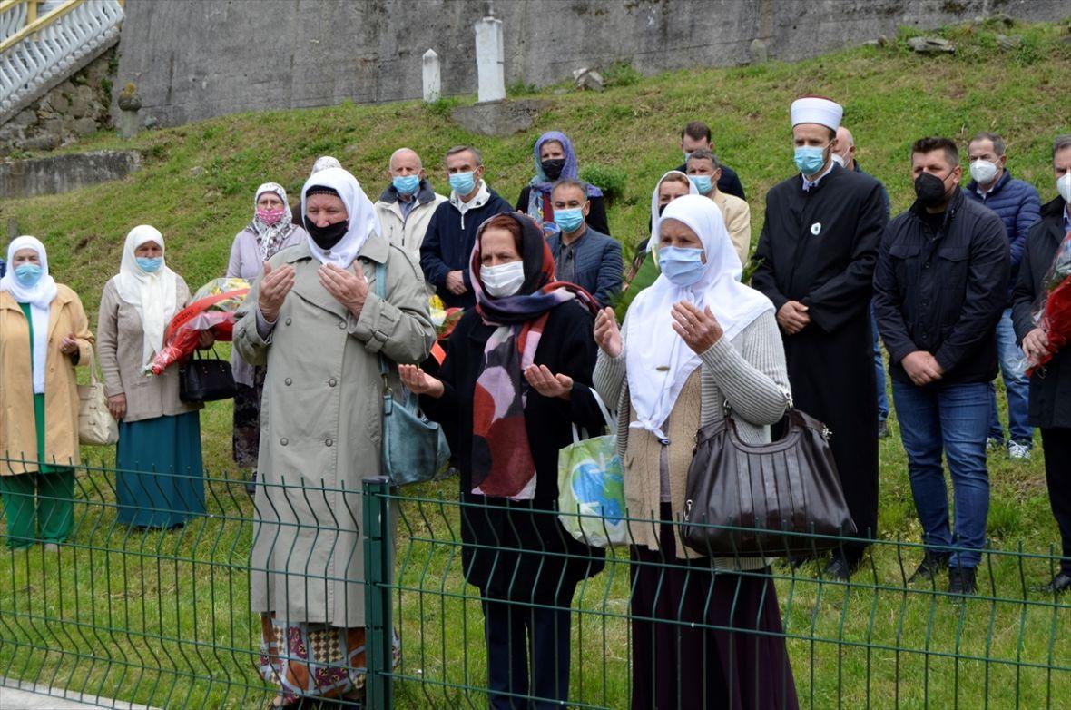 Polaganjem cvijeća i učenjem Fatihe odata počast žrtvama zločina u Srebrenici
