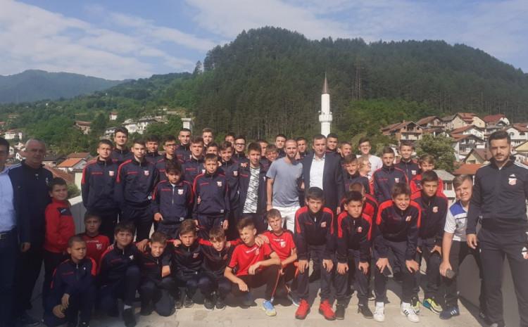 Miralem Pjanić posjetio Konjic: Druženje s djecom na Kamenoj ćupriji