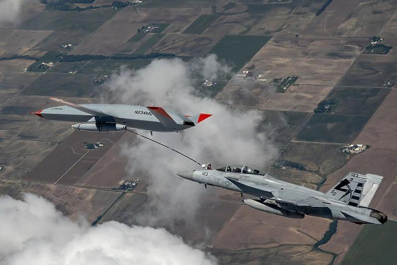Pilot borbenog aviona priključivanjem na dron tanker napunio gorivo tokom leta