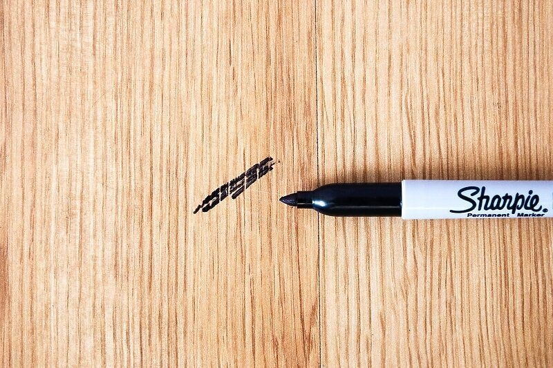 Šta pomaže u uklanjanju trajnog markera s drvenih površina