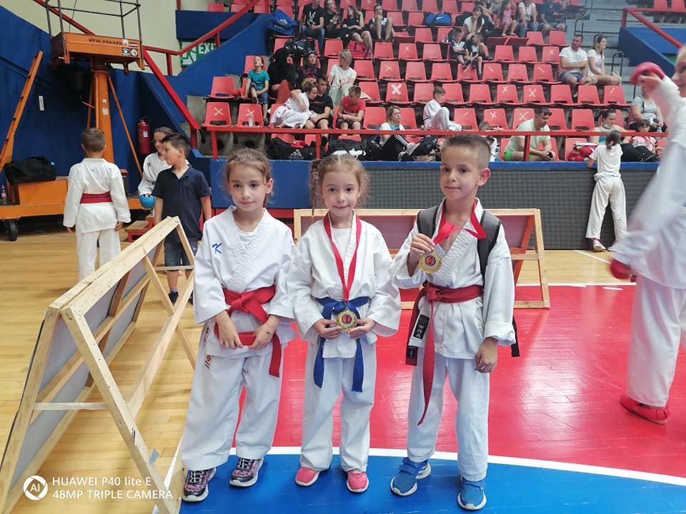 """Novih 10 medalja za Karate klub """"Hurije"""""""