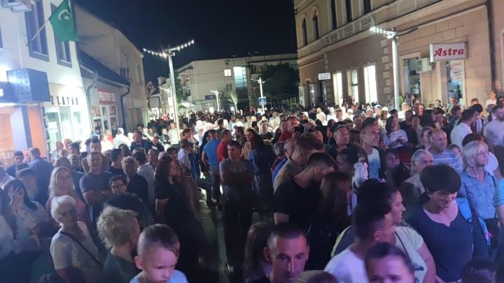 Ispunjene ulice Sanskog Mosta na koncertu Osmana Hadžića