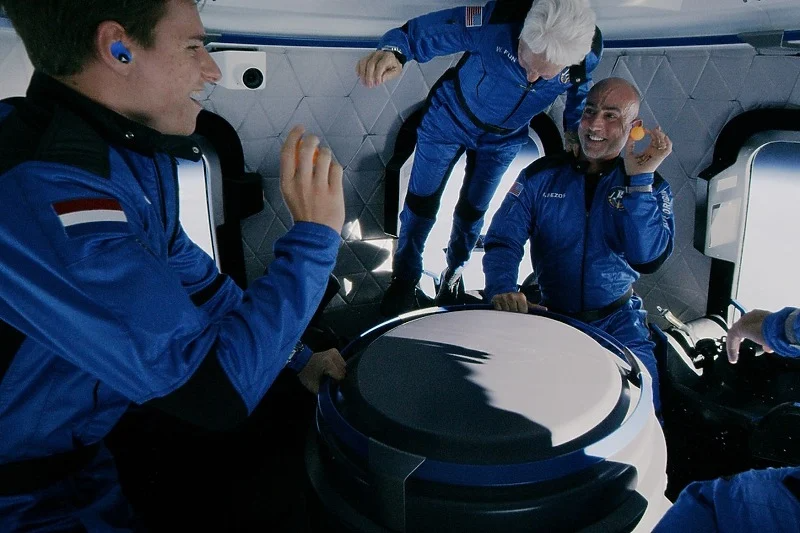 Šta je Bezos s posadom radio u svemiru: Bacali ping-pong loptice, hvatali bombone…