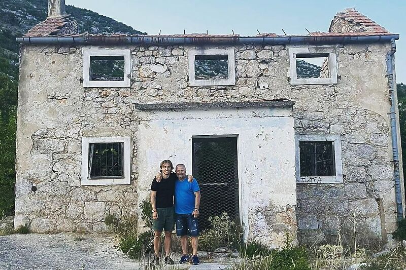 Modrić objavio fotografiju s ocem ispred kuće koja je srušena i spaljena u ratu