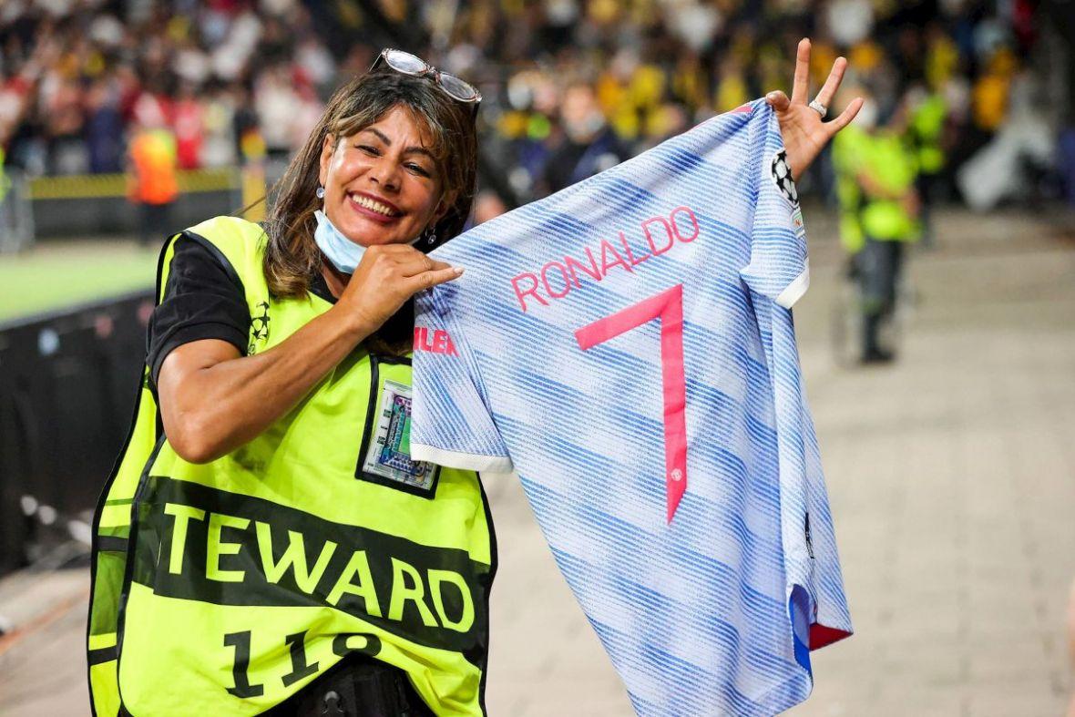 Ronaldo 'nokautiranoj' zaštitarki nakon meča poklonio dres